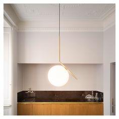 La suspension IC S2 du designer Michael Anastassiades fait partie de sa collection Flos, qui explore le thème de l'équilibre dans sa forme la plus simple.