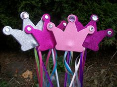 """magic"" wands- I think the girls would love these :) Princess Wands, Princess Theme, Princess Favors, Princess Tiara, Teachers Day Gifts, Diy And Crafts, Crafts For Kids, Classroom Birthday, Bookmarks Kids"