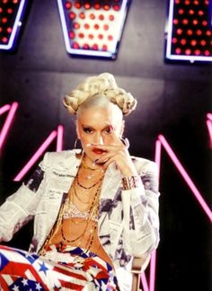 Gwen Stefani from the South Side Music Video Gwen Stefani No Doubt, Gwen Stefani Style, Gewn Stefani, Gwen Stefani Pictures, High Fashion Hair, Hollaback Girl, Famous Girls, 2000s Fashion, My Girl