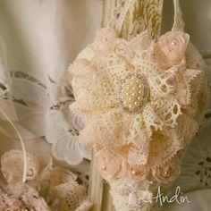 Srdíčko ve stylu Shabby chic Závěsná dekorace v barvách broskvové, starorůžové a jemné bílé. Bohaté zdobení krajkami a štrasovou sponou a perličkami. Průměr 10 cm