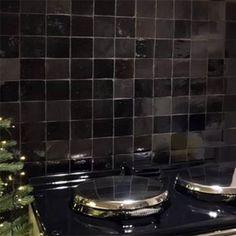 spatwand in de keuken met zwarte zelliges in de mix mat en blinkend Best Cooker, Big Design, Fika, Kitchen Styling, Interior Inspiration, Kitchen Inspiration, New Kitchen, Interior Design Living Room, Home And Living