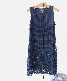 A sugestão do dia fica com o nosso vestido marinho, todo trabalhado na textura, com tela, renda, flores e pedraria.   #poire #instafashion #ootd #lookdodia #instamood