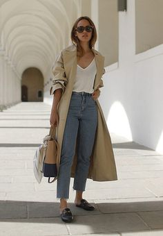 Chica usando mocasines con gabardina jeans de tiro alto y blusa blanca