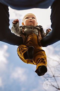6 Month Baby Picture Ideas Discover Baby and Daddy 6 Month Baby Picture Ideas Boy, Family Photos With Baby, Monthly Baby Photos, Family Picture Poses, Baby Girl Pictures, Baby Boy Photos, Outdoor Baby Pictures, 6 Month Pictures, Summer Baby Pictures