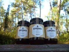 Το φθινόπωρο στα πυκνά, καταπράσινα πευκοδάση της Χαλκιδικής συλλέγουμε το πευκόμελο. Ένα μέλι που θεωρείται μοναδικό παγκοσμίως, καθώς παράγεται αποκλειστικά στη λεκάνη της μεσογείου. Προέρχεται από τις μελιτώδεις εκκρίσεις του «εργάτη» του πεύκου. Έχει ιδιαίτερο άρωμα και όχι πολύ γλυκιά γεύση, λόγω της χαμηλής συγκέντρωσης σακχάρων.