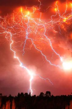 ☆☽ Ꭿմɽσɽą ᙖσɽҽąℓᎥʂ & Ƭɦҽ ♑Ꭵɠɦ৳ Ꮥƙƴ ☾☆ ~ Lightning Volcano in Chili Lightning Photography, Nature Photography, Beautiful Sky, Beautiful World, Thunder And Lightning, Volcano Lightning, Lightning Storms, Blitz Foto, Volcan Eruption