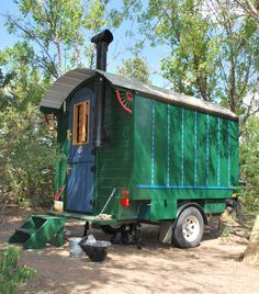 "Little Green Vardo is a small traditional wooden ""gypsy wagon"" style house built for highway travel. Inspired by western sheepherder camps and English Gypsy caravans. Gypsy Caravan, Gypsy Wagon, Gypsy Trailer, Teardrop Trailer, Kombi Motorhome, Decks, Vintage Trailers, Classic Trailers, Custom Trailers"