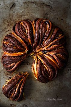 Recipe is in Spanish, but has excellent illustrations for creating the wreath.  pumpkin nutella brioche