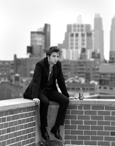 I don't like Twilight, and I've never bothered to watch any of his other movies. Regardless, this photo of Robert Pattinson is pretty cool; I like the simple composition. Robert Pattinson Twilight, Mein Crush, Fangirl, Foto Gif, Robert Douglas, King Robert, Actrices Hollywood, Flirt, Twilight Meme