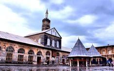 Ulu Camii | Diyarbakır Valiliği Kültür Turizm Proje Birimi- Erken İslam döneminin ünlü Şam Emeviye Cami'nin Anadolu'ya yansıması olarak yorumlanan Diyarbakır Ulu Camii, İslam âleminin 5. Harem-i Şerifi olarak kabul edilmektedir. Turkish Fashion, Turkish Style, Ulsan, Islamic Architecture, The Province, Stone Carving, Culture, Mansions, Landscape