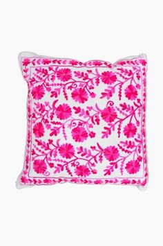 A pillow pop of pink! Millenial Pink, College Apartments, Barbie Dream House, Diy Pins, Dorm Ideas, Poufs, Evie, Household Items, Dream Bedroom