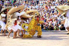 Más de 30 mil espectadores se reunieron en la plazuela de la danza del Cerro de San Miguel para presenciar el Huey Atlixcáyotl número 51, donde más de 600 danzantes mostraron al público su cultura reuniendo a 11 etnias del estado.  Con la salida de los danzantes desde el parque del Ahuehuete, hasta subir a la plazuela de la Danza el Netotiloyan, dio inicio la fiesta mientras las autoridades hicieron el corte inaugural en el arco de cucharillas.