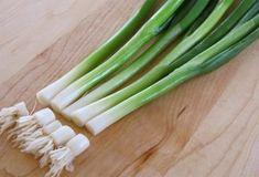 Ezzel a módszerrel egész évben mindig lesz újhagymád! - Egy az Egyben Vertical Farming, Celery, Asparagus, Minion, Food And Drink, Vegetables, Healthy, Plants, Instagram
