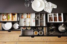 Les tiroirs, toujours plus malinsDiversification et spécialisation sont leur mot d'ordre. Superposés et juxtaposés, ils sont devenus les stars de la cuisine et offrent plusieurs hauteurs pour accueillir du plus petit couvert au plus grand ustensile. Intercalaires, range-couverts, présentoirs, portes épices les habillent à volonté pour nous faciliter la vie. Cuisine Metod, Ikea, Prix sur devis.