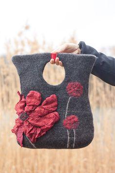 Feutré sac sac à main sac à main feutre Nunofelt Nuno feutre soie Eco handmadered sac de fibre Art boho gris un cadeau pour femme « Argile gris, pavot sauvage » Sac à main avec poignée fendue