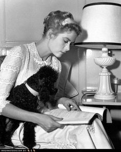 Grace Kelly & Poodle lots of old hollywood celebrities and their dogs! People Reading, Woman Reading, Classic Hollywood, Old Hollywood, Monaco, Patricia Kelly, Princess Grace Kelly, French Poodles, Before Wedding