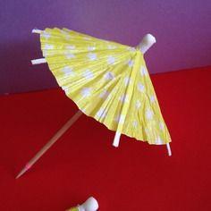 Petits parapluies à cocktail jaune à pois blanc