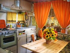 Amazing Vintage Camper Kitchen Ideas - Go Travels Plan Vintage Rv, Vintage Caravans, Vintage Travel Trailers, Vintage Campers, Camper Caravan, Camper Trailers, Camper Kitchen, 70s Kitchen, Kitchen Dining