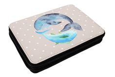 Federmappe Walfisch & Thunfisch aus Kunstfaser  Natur - Das Original von Mr. & Mrs. Panda.  Diese wunderschöne Federmappe von Mr. & Mrs. Panda ist etwas ganz besonderes. Sie wird liebevoll bedruckt und ist voll bestückt inkl. Bunt- und Filzstiften, Lineal, Spitzer, Radierer. Sie entspricht REACH Verordnung (EG) Nr. 1907/2006     Über unser Motiv Walfisch & Thunfisch  Walfisch & Thunfisch sind ein ganz besonders liebevolles Motiv aus der Mr. & Mrs. Panda Kollektion.    Verwendete Materialien…