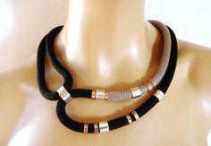 Collar Tribal declaración collar, cuerda negra y gris, anillos de oro rosa y plata, fiesta Bling de la cuerda