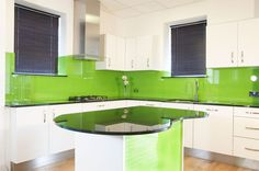 Getting Stylish Kitchen Splash Backs For Your Home - Amazing House Design Glass Kitchen, Kitchen Decor, Kitchen Ideas, Feng Shui, Treatment Rooms, Stylish Kitchen, Glass Replacement, Kitchen Colors, Home Interior Design