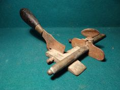 Antigua cuchilla mecanica de guarnicionero. talabartero, marroquinero. Esta en fase de restauración y limpieza.  estalcon@gmail.com   =========    =======  VENDIDO  =========   ======= SOLD  =======