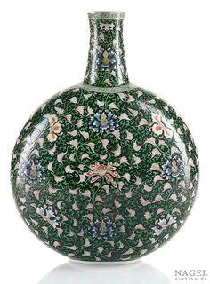 A very rare famille verte black-ground moon flask,China, Yongzheng period.Photo Nagel Auktionen