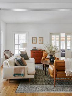 מתוך הבלוג של אמילי הנדרסון. סלון בוהו שיק כוסאות עור ספה לבנה