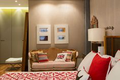 Decoração de apartamento com estilo. No quarto tons neutros, jogo de cama branco e vermelho. Double Room, Bed Room, Decoration, Open House, Room Ideas, Cabinet, Studio, Storage, Furniture