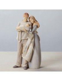 o começo da nova família, com um abraço carinhoso e fraterno do casal e seu bebê.