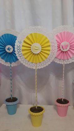 5 Centros De Mesa Comunion O Bautismo. - $ 160,00 en MercadoLibre Eid Crafts, Flower Crafts, Paper Flower Backdrop, Paper Flowers, Paper Decorations, Birthday Decorations, County Fair Theme, Candy Theme, Paper Rosettes