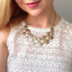 Ibero Peru-Collection necklace on a model. Aztec print lace top with antique gold necklace. Iberon Peru-malliston koru mallin yllä. Azteekkikuvioinen pitsipusero yhdistettynä antiikkikullanväriseen kaulakoruun.