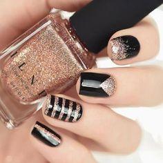 czarne paznokcie ze złotymi dodatkami