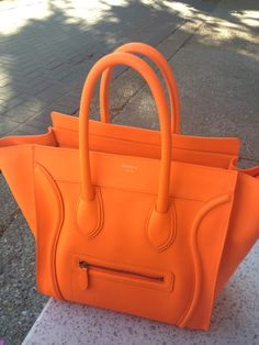 And here we have an orange Celine luggage tote! Celine Bag, Celine Luggage, Celine Handbags, Hermes, My Bags, Purses And Bags, Mode Gossip Girl, Beautiful Bags, Purse Wallet