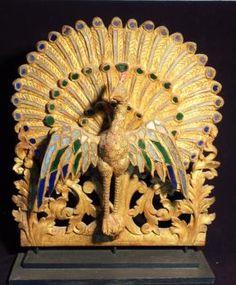 Paon faisant la roue, les ailes déployées. Belle sculpture en bois doré à l'or fin à décor de petites miroiteries polychrome. Birmanie XIXeme. Ht: 62 x 58 cm. Art Asiatique, Decoration, Lion Sculpture, Asian, Statue, Drawing Classes, Decor, Decorations, Dekoration