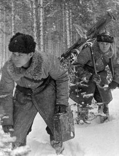 Два советских солдата с пулеметом «Максим» в лесу на линии Маннергейма