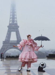 Lorna Foran wearing Marc Jacobs Spring photographed by Daniel Clavero, styled by Angelo De Santo for Vogue Mexico Authentic Costumes, Vogue Mexico, Paris Girl, Fashion Advertising, Tour Eiffel, Plein Air, Cool Costumes, Editorial Fashion, Marc Jacobs