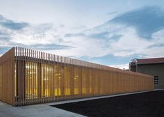 Vertical strips of wood protects this glazed sports hall from stray balls: http://www.dezeen.com/2015/05/02/jovan-mitrovic-sports-hall-elementary-school-obrenovac-timber-battens-glass-walls/ …