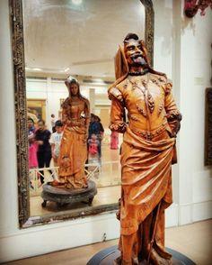 Двойная скульптура Музей Салар Юнг. Индия. Скульптура из цельного дерева Мефистофель и Маргарита.