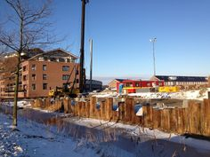 """25 januari 2013 - Ondanks het koude weer wordt er hard gerwerkt op de locatie """"Laan van Welhorst"""". De heipalen voor de kademuur worden geslagen..."""