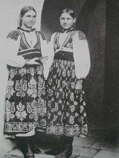 Slovak folk costume  Dievčatá z Liptovskej Osady - osadský kroj