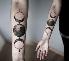La nuova frontiera del tatuaggio è conquistare l'universo, o quantomeno riuscirlo a riassumere in un disegno. Già perché dalle costellazioni ai pianeti, dalle galassie colorate agli allineamenti ancestrali pare siano questi i tattoo più gettonati del momento. Un braccio,