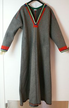 Kvinnokolt i vadmal, Sörkaitum, Gällivare. Lappland, Scandinavian Art, Traditional Outfits, Vikings, Costumes, Reindeer, Fabric, Mens Tops, Fantasy