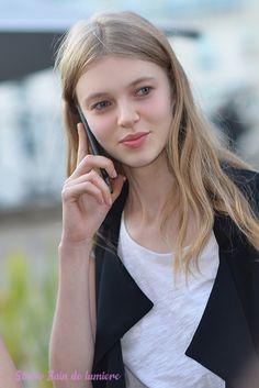 Le #supermodel @katya_Ledneva after show #atelierversace at #fashionweek #Paris #portrait Bain de Lumière#offduty #streetstyle #PFW#fashionweek