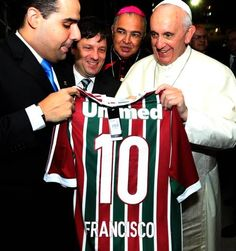 Papa recebe camisa do Fluminense em sua chegada nas Laranjeiras Foto: Nelson Perez / Fluminense F.C.