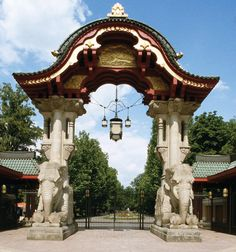 Berlin's Top 10 : Zoologischer Garten - Berlin's Zoological Garden is Germany's oldest zoo and, with near 1,500 different species, it is one of the best-stocked in the world. Animals have been kept and bred here, in the northwest of the Tiergarten district, since 1844.
