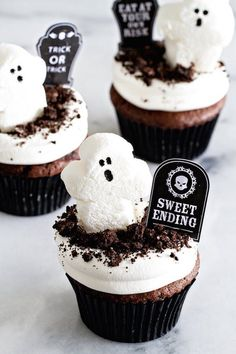 Dirt Pudding Cupcakes will make any kid happy. Ghosts and dirt--yes! More Sweet, Cupcake Recipe, Kids Happy, Halloween Cupcake Dirt Pudding Cupcakes Recipe - Perfect for Halloween Halloween Cupcakes Dirt Pudding Cupcakes -definitely a sweet ending! Halloween Desserts, Halloween Cupcakes, Halloween Fingerfood, Halloween Dessert Table, Postres Halloween, Hallowen Food, Halloween Fruit, Halloween Food For Party, Halloween Treats
