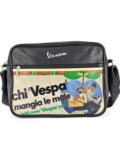Ekolojik deri , yatay ,15'' bilgisayarınız için dahi uygun ölçüde, önü geleneksel Vespa dizaynlarından baskılı, içi fermuarlı cepleri bulunan üstten fermuarlı, kayışı ayarlanabilen omuz çantası.  Ölçüler :35x25cm  ...........................................................................................................  eco-leather shoulder bag with different designs inspired to the Vespa tradition.suitable for 15'' laptop