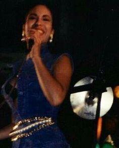 Rare pic of Selena at one of her concerts Selena Quintanilla Perez, Corpus Christi, Selena And Chris, Selena Selena, Selena Pictures, Selena Pics, Jackson, Texas, Beautiful Person