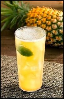 Suco de limão com abacaxi e gengibre | 1 copo (200 ml) de suco de limão, 2 fatias grossas de abacaxi, 2 rodelas finas de gengibre, 5 folhinhas de hortelã